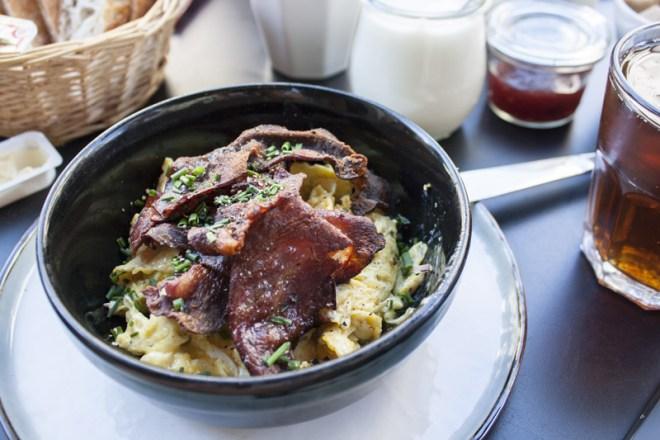 Oeufs brouillés et bacon croustillant chez Pain Perdu à Gand - Olamelama