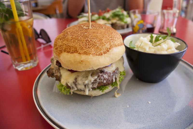Burger à l'agneau et salade de pommes de terre chez Jam à Anvers - Olamelama