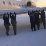 Taip gali nutikti tik Rusijoje: spaudžiant 52 laipsniams šalčio keleiviams teko stumti lėktuvą