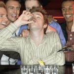 Miestų tarybos turėtų labiau stengtis sustabdyti vakarėlius, kuriuose skatinama gerti, kiek gali