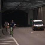"""Sąmyšis """"Piet Hein"""" tunelyje, kai GPS suklaidinti turistai dviračiais jį pervažiavo"""