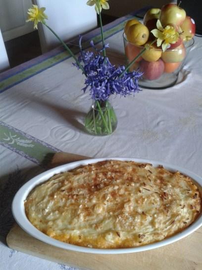 Ez a franciás énem: hachis parmentier. Alul darált húsból pörköltszerűen főzött ragu (de a pirospaprika helyett paradicsom van benne) - jól el kell főzni a levét, és végül prézlivel sűríteni. Felül krumplipüré és az egészen parmezán. Jól átsütve
