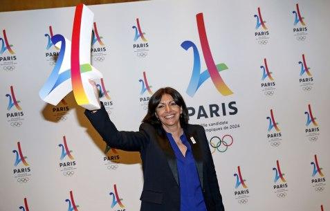 Anne-Hidalgo-avec-le-logo-de-Paris-2024.