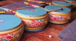 i giovani monaci provano dei tamburi in cerca di un suono e di un ritmo armonioso