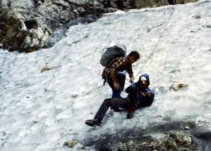 """1985, Gabrielle Villa impegnato come soccorritore """"occasionale"""" di un escursionista tedesco che era scivolato su un nevaio estivo, affrontato senza ramponi nè piccozza: """"Rientravo con un amico dall'arrampicata a Cima Val di Roda e lo trovammo già medicato da un altro escursionista e lo calammo con la corda alla forcella Pradidali dove arrivarono i soccorritori (quelli veri) a prenderlo con la barella e insieme lo trasportammo al rifugio Pradidali""""."""
