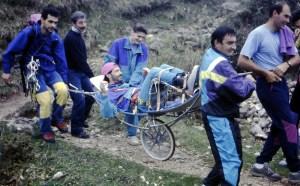 """1994, gruppo istruttori di un corso alpinismo del CAI Ferrara impegnato in un soccorso """"fai-da-te"""" con la barella presa all'ex rifugio Giuriolo, a Campogrosso nelle Piccole Dolomiti. L'infortunato (con una caviglia rotta a causa di una imprudente scivolata) è stato riaccompagnato in totale autonomia."""