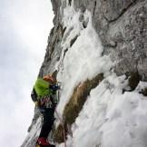 """Barry Bona sulla via """"Questo gioco di fantasmi"""" (Cimon di Palantina 2190 m, parete N-O, gruppo Col Nudo – Cavallo), aperta il 29.01.2011 (Ph © B. Bona)"""
