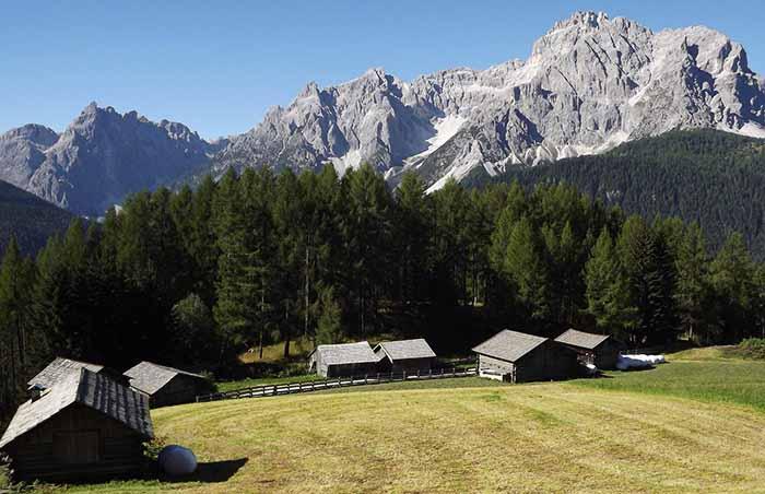 Dopo le Alpi Carniche appaiono in lontananza le Dolomiti