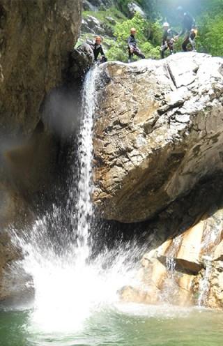 Spettacolare salto nella gola del Ciolesan (foto ©Dolomiti Guides)