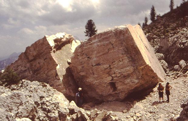Estate 2004. Dopo il crollo, turisti straniti curiosano tra i blocchi di roccia di quella che era stata la Torre Trephor
