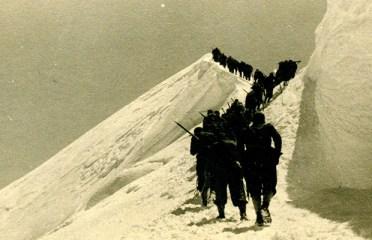 Gli alpini salgono verso la cima del monte Bianco (foto Ninì Pietrasanta)