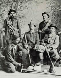 I revv. Phillimore e Raynor con le guide Giuseppe Colli, Antonio Dimai e Antonio Dibona, nel 1897. La valenza simbolica della picca è manifesta.