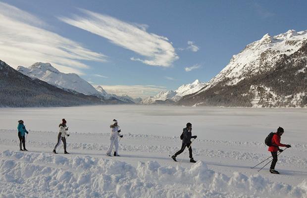 Le nevi tanto amate dalla Merkel a Silvaplana (CH): un gruppo di fondisti in azione sullo sfondo del Maloja (ph. R. Serafin)