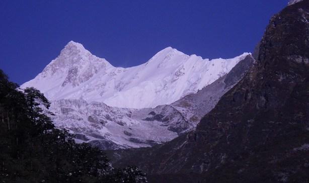 Una rara foto del Kanchenzonga Sud e dello Zemu Peak salendo dalle gole del Talung (ph. Anindya Mukherjee, marzo 2011)