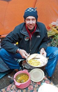 6. Davide con un piatto tipico Sherpa (ph E. Ferri – K2014.it)