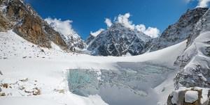 5. Dalla Porta Maraini (5220 m), il cratere di ghiaccio che la anticipa. Sullo sfondo il Zemu Gap