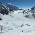 11. Cambiamento di fronte e di visioni. Dal ghiacciaio sospeso del South Simvo Glacier, visione sulla cresta terminale del Simvo e in lontananza del Siniolchun