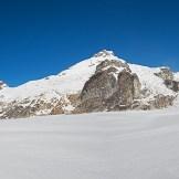 9. Davide osserva l'articolazione occidentale del South Simvo Glacier. Dal fondovalle risulta incredibile l'esistenza di un ghiacciaio così grande, addirittura inesistente nelle prime mappe generali del Kanchenzonga