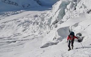 10. Andrea sale la prima parte del ghiacciaio verso la Porta della Rivelazione Perenne (6036 m)