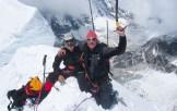 12. Alberto e Francesco appena sopra l'espostissimo intaglio finalmente raggiunto: la Porta della Rivelazione Perenne (6036 m). Sotto il Tonghsiong Glacier nella zona del Campo Zemu