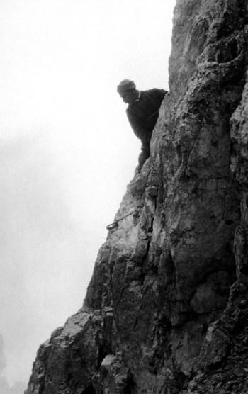 Guido Rey sulla cresta sud del Cimon della Pala (ph. Ugo de Amicis)