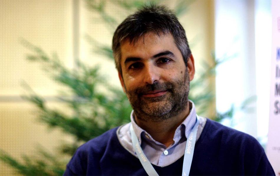 Il dottor Guido Giardini durante l'intervista, fotografato con il peccio sullo sfondo. In un momento di insubordinazione di entrambi, abbiamo preferito quest'ultimo al consueto fondale con gli sponsor