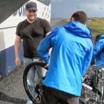 Rimontando le bici nei pressi di Dettifoss, sabato 26 luglio