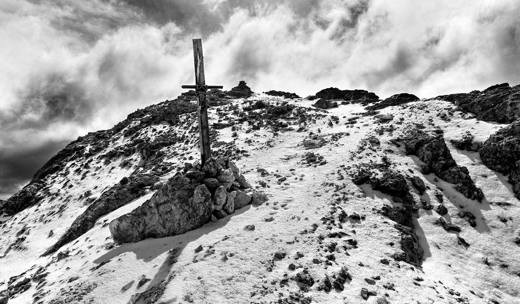 Croce di Vetta della Pala di Mesdì, lì posta da Giuseppe de Silvestro, chiamato Bepo de Medil , nel 1930 e benedetta da Don Tita Soraruf, in memoria dei caduti di tutte le guerre (ph Tommaso Forin)