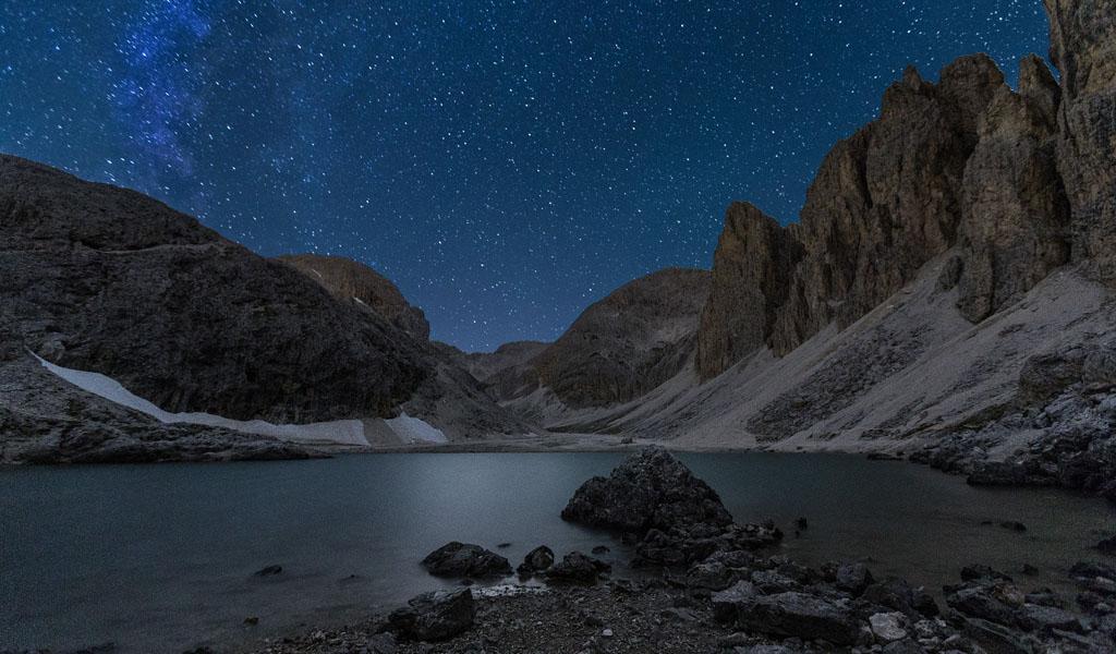 Notturno al lago d'Antermoia e immagine copertina del libro (ph Tommaso Forin)