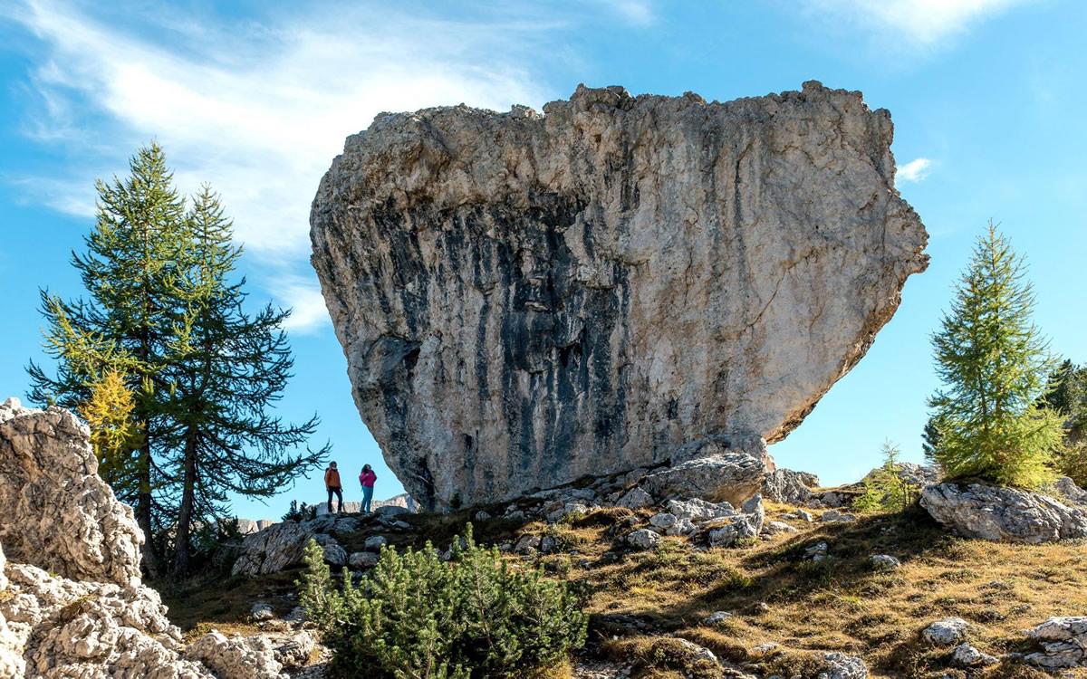 Un enorme masso erratico lungo il sentiero n° 443 che collega il Passo Giau con l'area delle Cinque Torri (da Meridiani Montagne, dal numero dedicato alle Dolomiti Ampezzane, ph. Giuseppe Ghedina)