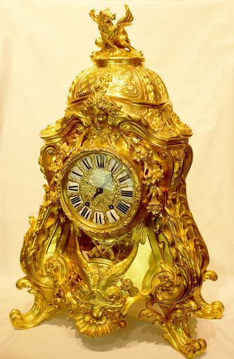 Дворцовые старинные часы в стиле барокко с фигурой дракона ...