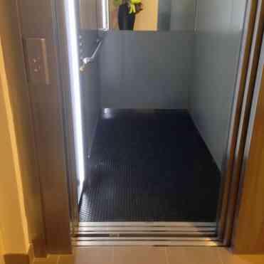 In de lift, thuis!