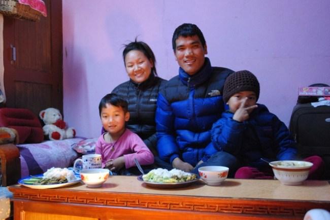 Nepálska rodina, sherpovia - Lemi a Danuri s deťmi.