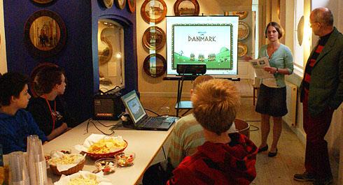 Louise Christensen fra Roskilde Museum introducerer Spillet om Danmark, og spilinstruktør Gunnar Wille står klar til at guide de 4 deltagere fra Østervangskolen gennem spillet