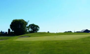 Cloverdale Links Hole 3 green - white flag