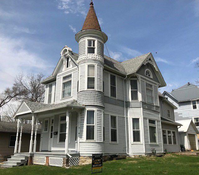 Elkader Iowa move-in ready Queen Anne Victorian