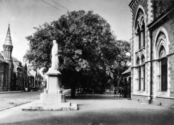 Rolleston Avenue and Statue of William Rolleston outside the Cantebury Museum