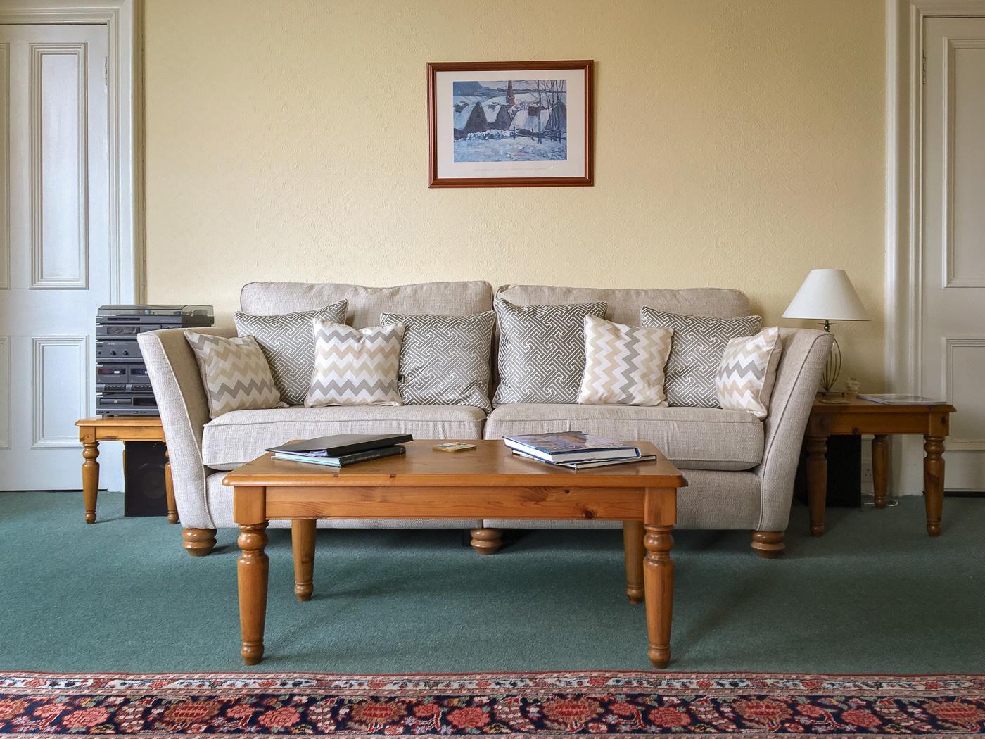 Eins von zwei Sofas, Old St. Michaels