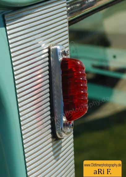 Detailaufnahme Lichtanlage auf geriffeltem Aulblech