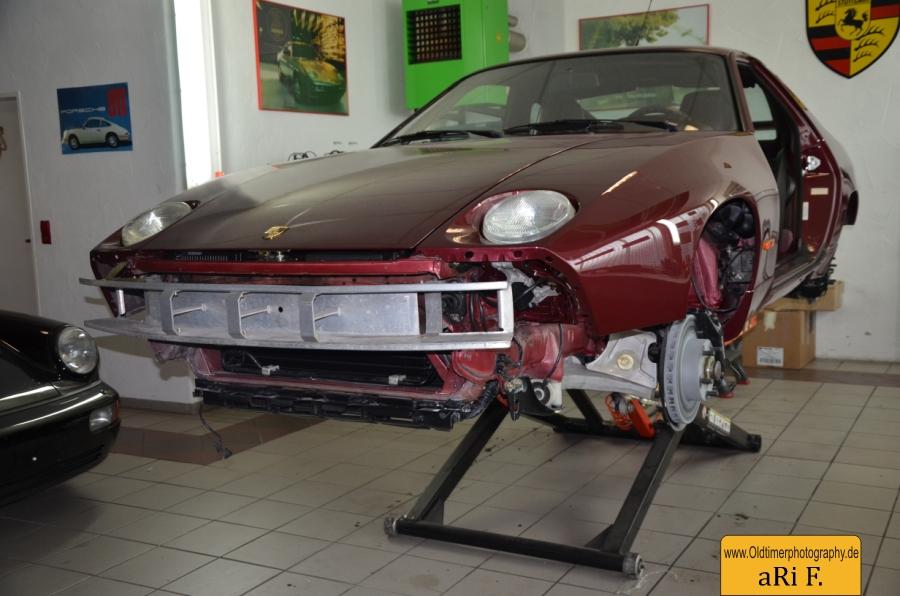 Porsche 928 GT (1977–1995) auf der Scherenhebebühne