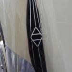 Renault 4CV Kotflügel mit Renault Rhombe für den Kühlerlufteinlass
