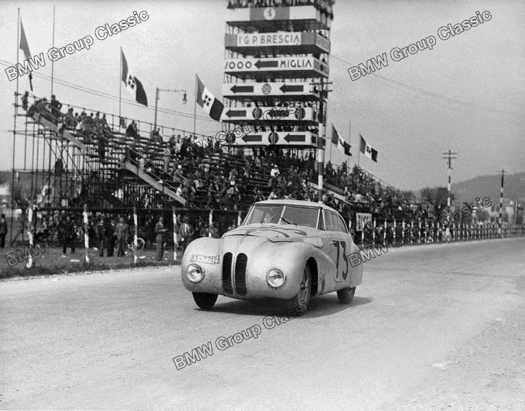 BMW 328 Mille Miglia Kamm Rennlimousine auf der Zielgeraden während des I. Gran Premio Brescia delle Mille Miglia (28.04.1940)