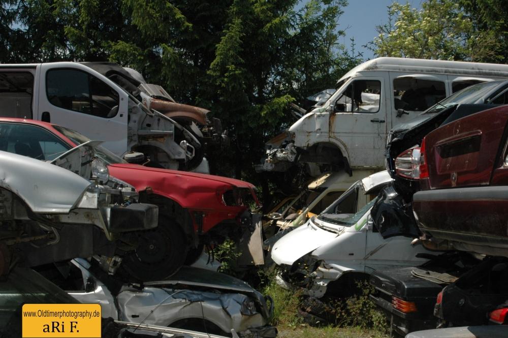 Schrottautos auf dem Autofriedhof