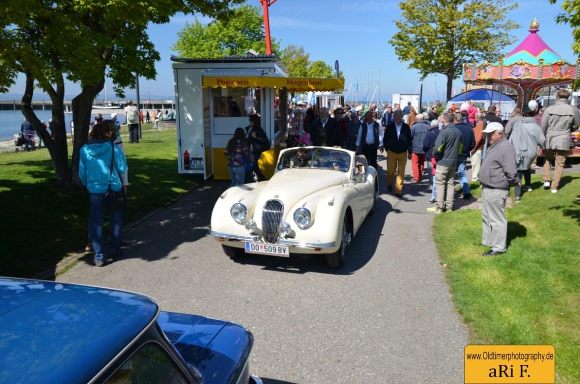 Jaguar XK 140 staut sich mit der riesigen Besuchermenge