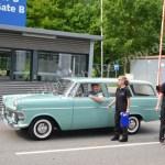Opel Rekord P2 (1960–1963) auf der Fahrt zum anderen Messeeingang