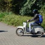 Motorradfahrer bei der Ankunft und Einfahrt auf's Gelände