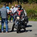 Motorradfahrer bei der Ankunft und Registrierung