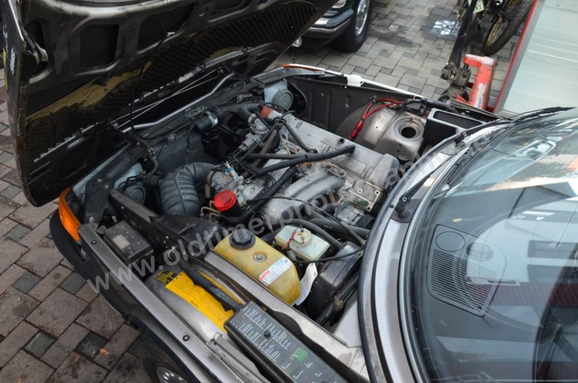 Saab 900i Sedan Motorraum mit 1985 cm³ 4-Zylinder-Reihenmotor (Viertakt)