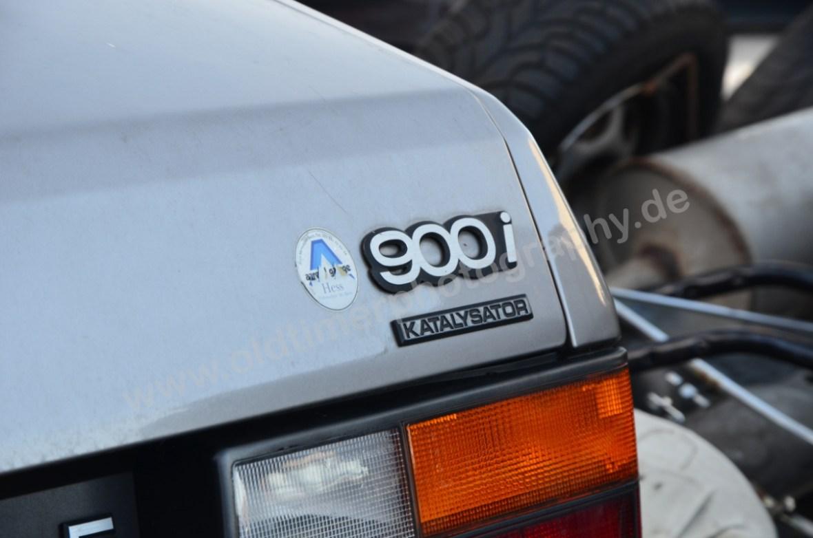 """Saab 900i mit dem Zusatz """"Katalysator"""" darunter"""