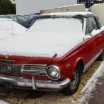 Plymouth Valiant Convertible Signet 2-door mit Schnee bedeckt